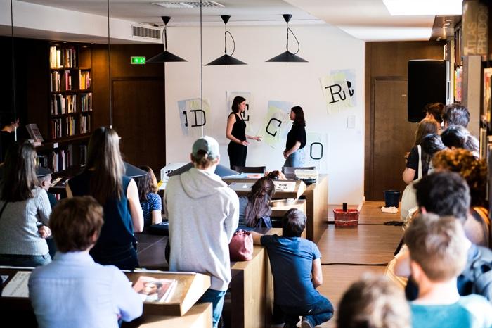 Performance de Morgane Alaves et Sirima de Resseguier, exposition LabBooks — éd. 2018 à la Médiathèque des Abattoirs, photographie © Franck Alix